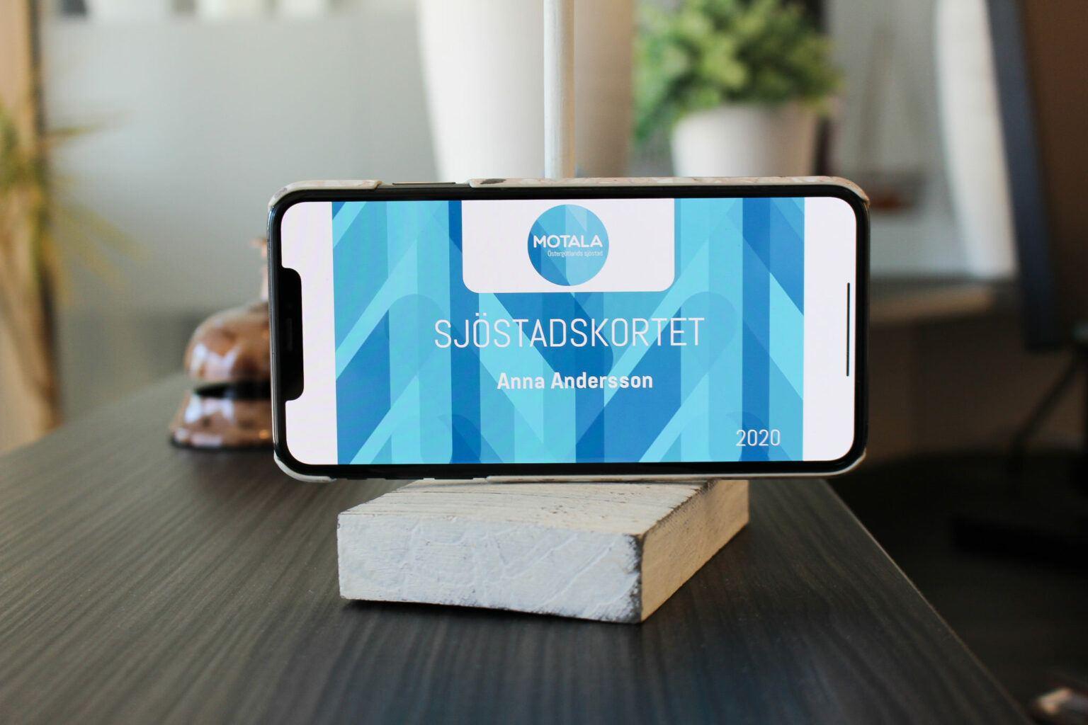 Smartphone ligger på ett bord. På skärmen ser man ett sjöstadskort.