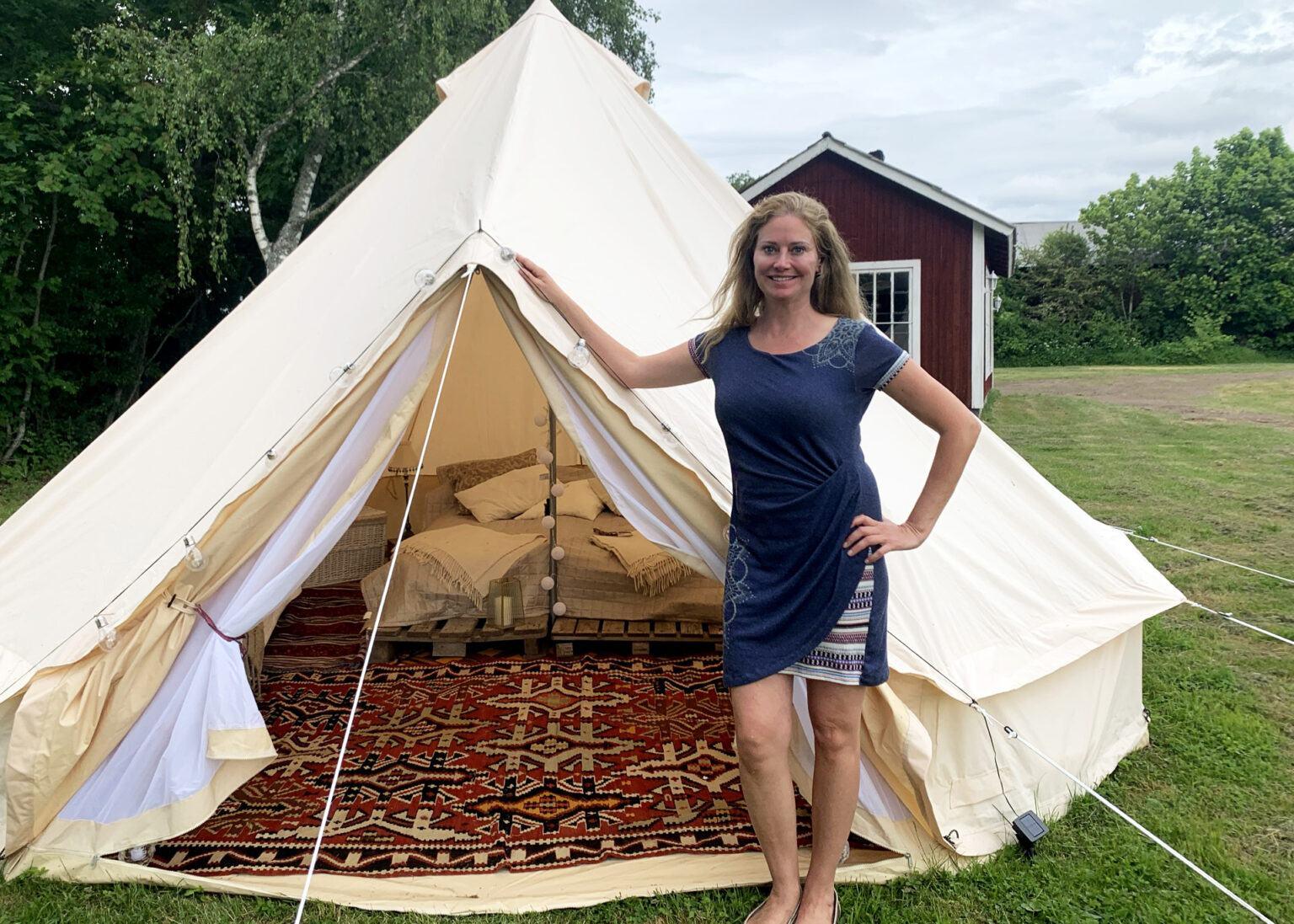 Karin Sandsstedt framför ett vitt tält