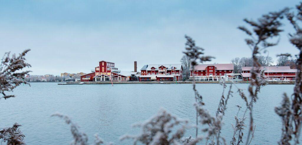 Motala hamn sett från andra sidan vattnet en frostig morgon.